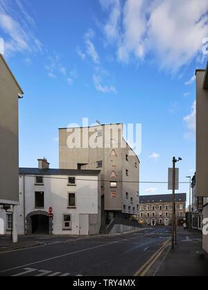 Vue sur la rue de l'ouest vers le cinéma et de Merchant's House tour. Pálás Cinéma, Galway, Irlande. Architecte: dePaor, 2017. Photo Stock