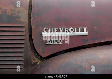 6100 Chevrolet-nom sur l'ancien capot de camion Photo Stock
