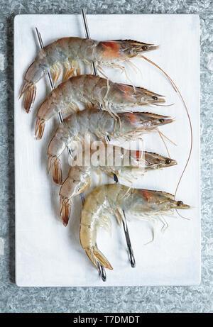 Cinq sur les brochettes de crevettes entières Photo Stock