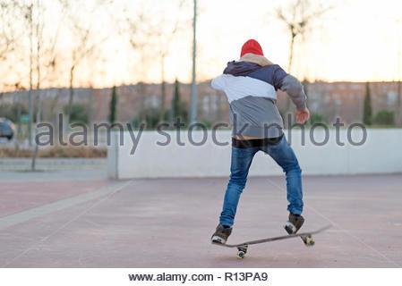 Vue arrière d'un garçon skateboarding Photo Stock