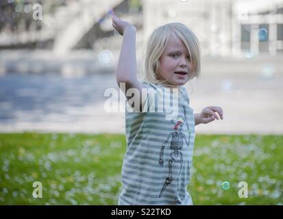 Garçon jouant avec des bulles Photo Stock