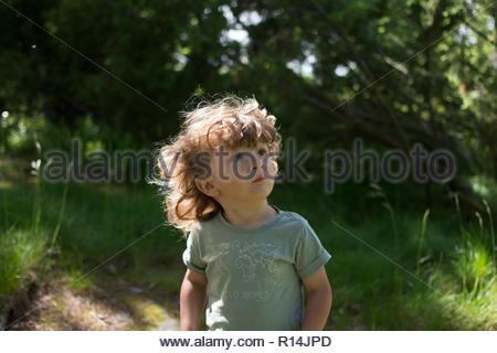 Portrait of a cute girl debout dans la forêt Photo Stock