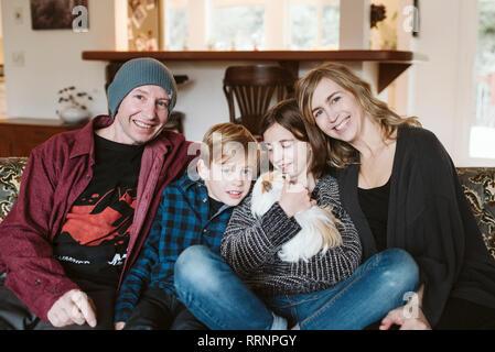 Happy Family portrait avec le cobaye salon canapé Photo Stock