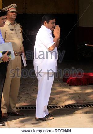 Le ministre de l'intérieur du Maharashtra R R Patil, ainsi que l'Union Accueil Ministre Sushilkumar Shinde (pas en photo) visiter Arthur Road Prison d'inspecter les installations et les mesures de sécurité dans la prison à Mumbai, Inde, le 5 janvier 2012. Shinde serait de visiter toutes les grandes prisons à travers le pays. (Ramesh Nair/SOLARISIMAGES) Photo Stock