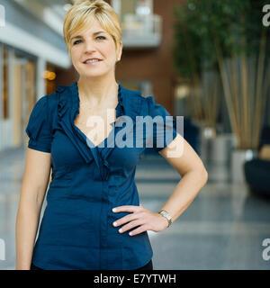 Portrait de femme dans le couloir Photo Stock