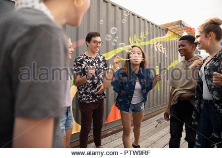 Adolescents jouant avec bubble wand Photo Stock