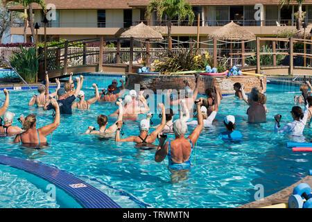 Groupe de personnes âgées en excersising extérieure. Maui, Hawaii. Photo Stock