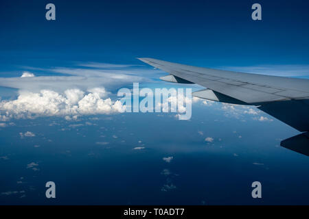 Coup de jets d'affaires plus de Nuages Photo Stock