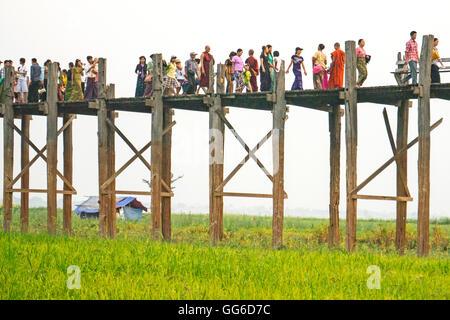Géographie / voyage, Myanmar, Mandalay, Amarapura, le plus long pont en teck du monde, U Bein Bridge, le lac Photo Stock