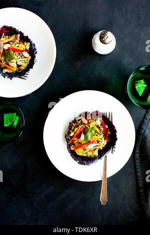 Salade d'arachides dans les feuilles de chou rouge Photo Stock