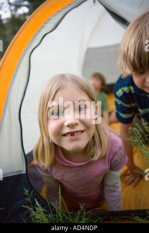 Portrait d'une jeune fille dans une tente Photo Stock