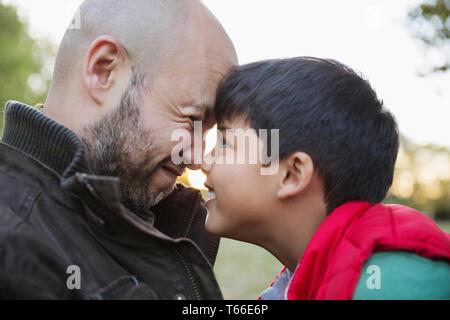 Père affectueux et fils rubbing noses Photo Stock
