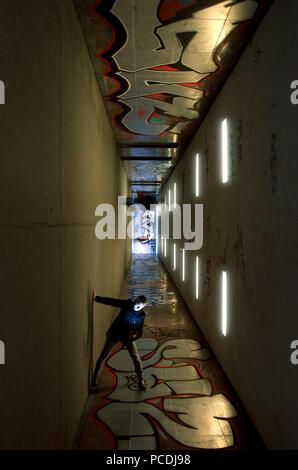 L'homme,passage inférieur,graffiti Photo Stock