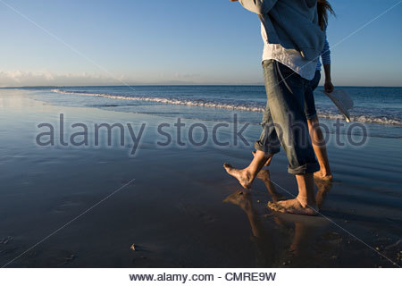 Couple en train de marcher au bord de la mer Photo Stock