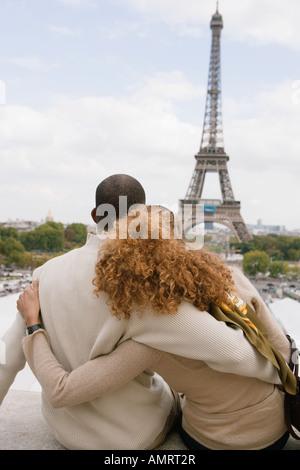 Vue arrière de l'African couple hugging Photo Stock