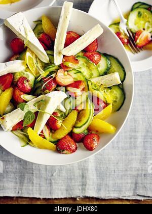 Salade de concombre avec le camembert et fraises Photo Stock
