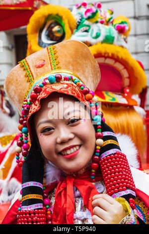 L'Angleterre, Londres, le quartier chinois, le Nouvel An Chinois Parade, défilé de femmes participant au costume chinois coloré Photo Stock