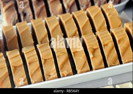 Tranches de style fudge caramel salé en vitrine Photo Stock