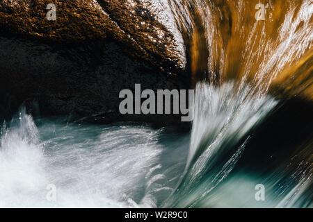 Close up longue exposition de couler de l'eau de la rivière Photo Stock