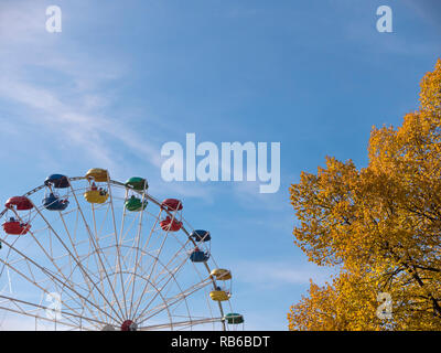 Atraktsion grande roue colorée contre le ciel Photo Stock