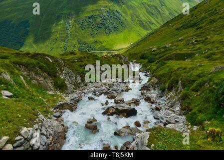 Ruisseau alpin dans les montagnes, Col de la Furka, Suisse Photo Stock