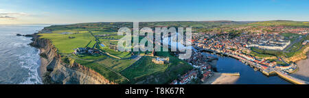 L'Abbaye de Whitby et St Mary's Church en hauteur sur le bord de la falaise au-dessus du port et la ville de Whitby, North Yorkshire, England, UK Photo Stock