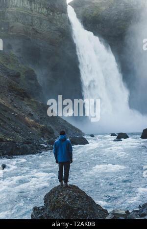 Haifoss randonneur en cascade dans l'Islande Photo Stock