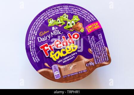 Cadbury Dairy Milk Freddo Visages avec Cadbury Dairy Milk dessert isolé sur fond blanc Photo Stock