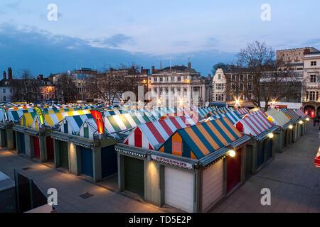 Donnant sur le marché vers le célèbre château au crépuscule, Norwich, Norfolk, Angleterre, Royaume-Uni, Europe Photo Stock