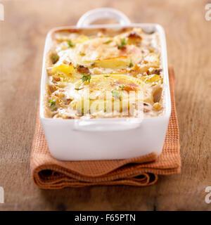 Pomme de terre et au fromage de chèvre faire cuire au four (sujet: cuisine) Photo Stock