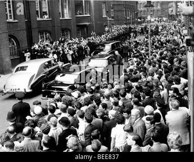 Une foule se rassemble pour nous voir le président John F Kennedy lors d'une visite à Londres pour Photo Stock