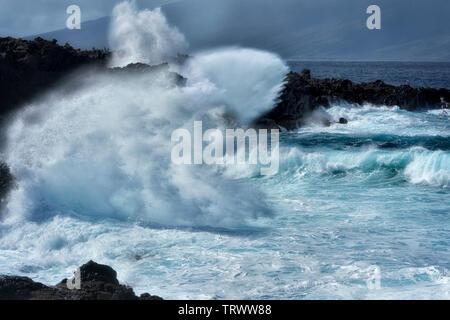Les vagues d'un océan à Kapalua, Hawaii. Photo Stock
