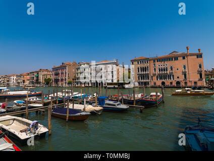 Bateaux dans le grand canal, Venise, Vénétie, Italie Photo Stock