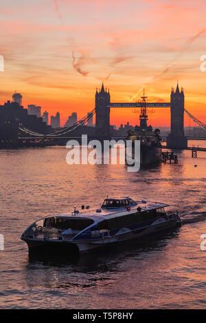 L'Angleterre, Londres, Tower Bridge à l'aube et Thames Clipper Photo Stock