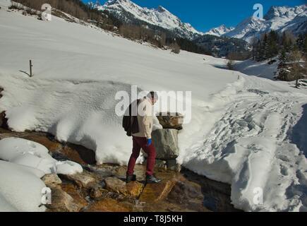 Homme randonnée dans les Alpes, Gadmen, Berne, Suisse Photo Stock
