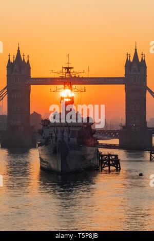 L'Angleterre, Londres, Tower Bridge et musée bateau HMS Belfast au lever du soleil Photo Stock