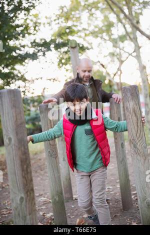 Père et fils playing in park Photo Stock