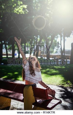 Une femme attraper une grosse bulle dans le parc Photo Stock