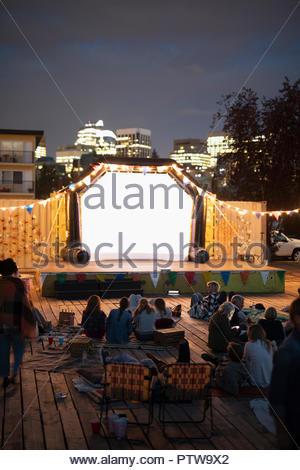 Profitant de la foule film dans le parc en parc urbain Photo Stock