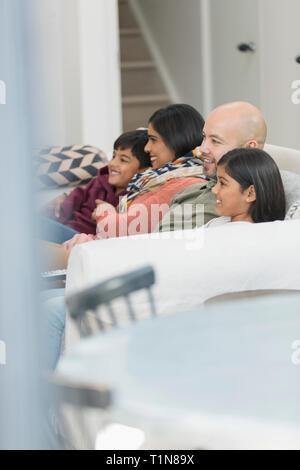Regarder la télé sur la famille salon canapé Photo Stock