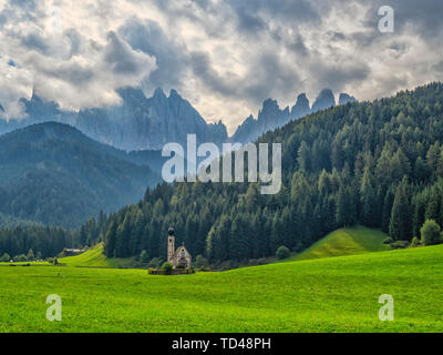 Santa Magdalena à Val di Funes, église Saint Jean de Saintes, vallée de Funes, Trentino-Alto Adige, Italie, Europe Photo Stock