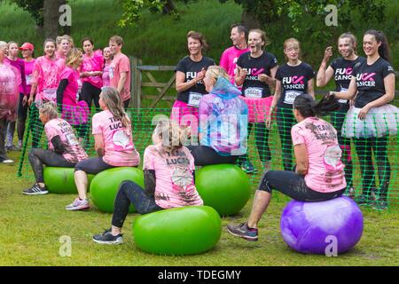 Popularité des chaussures élégantes Park, Poole, Dorset, UK. 15 juin 2019. Journée froide et humide pour la course pour la vie Jolie Muddy où les femmes, de nombreux vêtue de rose, inscrivez-vous à la lutte pour vaincre le cancer et de recueillir des fonds pour Cancer Research UK, la négociation d'obstacles tout au long du cours qui est à 5km et avoir du plaisir se couvrir de boue. Fun sur le spacehoppers! Credit: Carolyn Jenkins/Alamy Live News Photo Stock