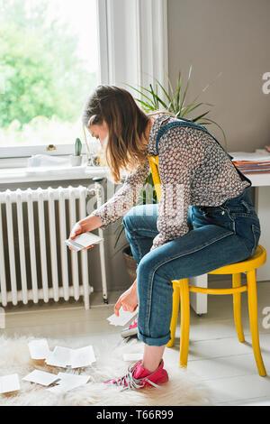 Young female college student étudiant avec des cartes flash Photo Stock