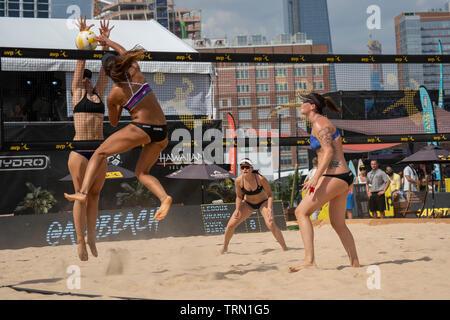 Karissa Cook/réhabilitation Jace en concurrence avec Caitlin Ledoux/Geena Urango dans le 2019 New York City Open beach-volley Photo Stock