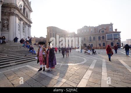 Au cours de la en costumes vénitiens carnaval de Venise, en face de l'église San Gregorio, Mars 2019 Photo Stock