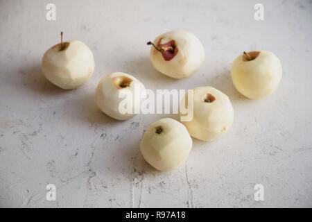 Pommes pelées pour cuisiner une tarte aux pommes Photo Stock