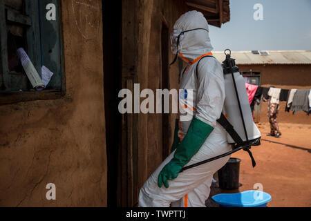 Organisation mondiale de la Santé, 28 travailleurs Belinda Landu, décontamine la maison d'un pasteur qui a testé positif pour le virus Ebola à Beni.RDC traverse actuellement la deuxième plus grande épidémie d'Ebola dans l'histoire enregistrée, et la réponse est entravée par comme il est dans une zone de conflit actif. Plus de 1 400 personnes sont mortes depuis août 2018. Photo Stock