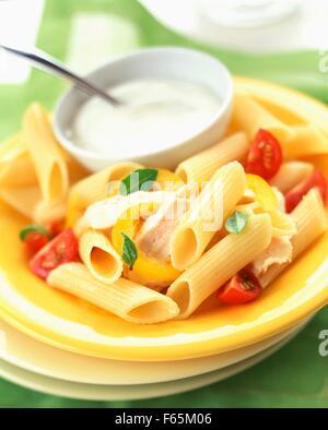 Pâtes Penne au poulet et sauce blanche Photo Stock