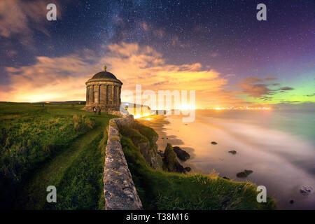 Musedden Temple sous la Voie Lactée et Aurora. Photo Stock