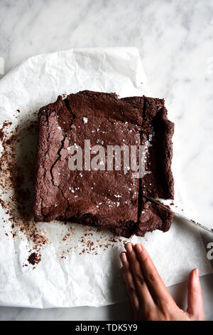 Brownies Sans Gluten de tranchage Photo Stock